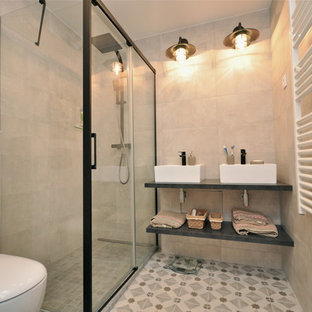 Пример оригинального дизайна: маленькая главная ванная комната в стиле лофт с душем без бортиков, бежевой плиткой, керамической плиткой, бежевыми стенами, полом из цементной плитки, накладной раковиной, столешницей из плитки, бежевым полом, душем с раздвижными дверями, открытыми фасадами, черными фасадами и унитазом-моноблоком