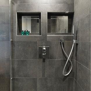 Immagine di una piccola stanza da bagno con doccia design con ante in legno bruno, doccia a filo pavimento, piastrelle grigie, piastrelle in ceramica, pareti bianche, pavimento con piastrelle in ceramica, lavabo a bacinella, pavimento grigio e porta doccia scorrevole