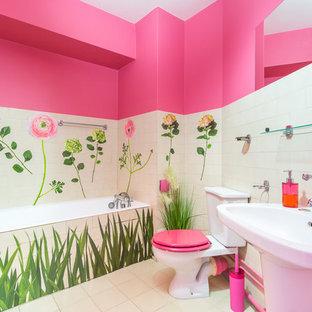 Diseño de cuarto de baño principal, tropical, de tamaño medio, con armarios abiertos, bañera esquinera, baldosas y/o azulejos blancos, baldosas y/o azulejos rosa, baldosas y/o azulejos de cerámica, paredes multicolor, suelo de azulejos de cemento, lavabo de seno grande, encimera de azulejos, suelo blanco y ducha abierta