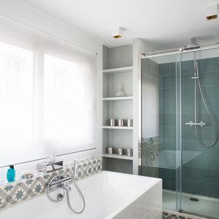 Idées déco pour une douche en alcôve principale scandinave de taille moyenne avec une baignoire indépendante, un mur gris, un carrelage blanc, un carrelage bleu, un carrelage gris et une cabine de douche à porte coulissante.