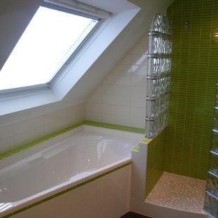 Imagen de cuarto de baño principal, moderno, de tamaño medio, con bañera esquinera, ducha abierta, baldosas y/o azulejos verdes, baldosas y/o azulejos de cerámica, paredes verdes, suelo de pizarra, lavabo integrado y encimera de acrílico