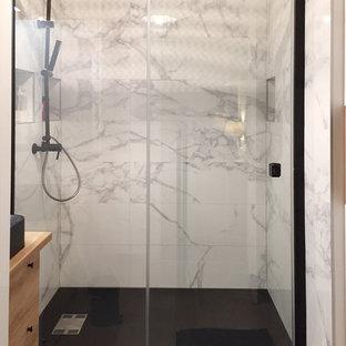 Foto di una piccola stanza da bagno padronale chic con ante a filo, ante bianche, doccia a filo pavimento, piastrelle bianche, parquet chiaro, lavabo a consolle, top in legno, porta doccia scorrevole, piastrelle di marmo, pareti bianche e pavimento bianco