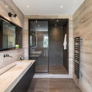 Inspiration pour une douche en alcôve design avec un placard à porte plane, des portes de placard noires, une grande vasque et aucune cabine.