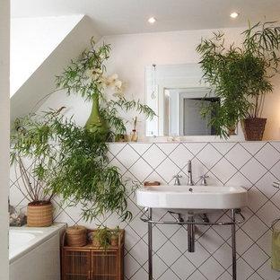 Diseño de cuarto de baño principal, de estilo zen, de tamaño medio, con lavabo tipo consola, baldosas y/o azulejos blancos, paredes blancas, bañera empotrada y suelo de madera oscura