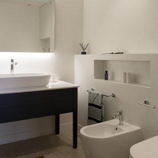 Réalisation d'une salle de bain principale design avec un placard en trompe-l'oeil, des portes de placard bleues, un bidet, un mur blanc, une vasque, un sol beige et un plan de toilette blanc.