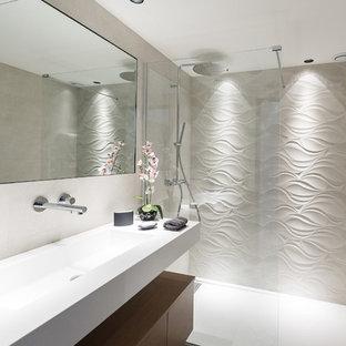 Создайте стильный интерьер: ванная комната среднего размера в современном стиле с душем без бортиков, раздельным унитазом, белой плиткой, цементной плиткой, белыми стенами, душевой кабиной, врезной раковиной, столешницей из нержавеющей стали и открытым душем - последний тренд