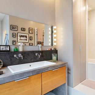 Idee per una stanza da bagno padronale design di medie dimensioni con ante lisce, ante beige, vasca sottopiano, piastrelle bianche, piastrelle a mosaico, pareti beige, pavimento con piastrelle a mosaico, lavabo sottopiano e top in cemento