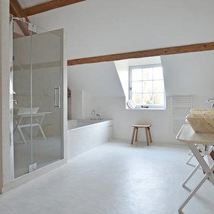 Exemple d'une grande salle de bain principale scandinave avec une baignoire en alcôve, un mur blanc, une vasque, un carrelage blanc, des dalles de pierre, béton au sol et un plan de toilette en marbre.