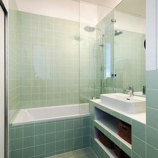 Cette photo montre une salle de bain principale moderne avec un carrelage vert, des carreaux de porcelaine, un sol en carrelage de céramique, un plan de toilette en carrelage, un sol vert et un plan de toilette vert.