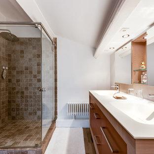 Cette image montre une salle d'eau design avec un placard à porte plane, des portes de placard marrons, une douche d'angle, un carrelage marron, un mur blanc, un sol en bois foncé, un lavabo intégré, un sol marron et une cabine de douche à porte battante.