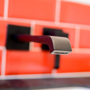 Immagine di una piccola stanza da bagno padronale moderna con doccia a filo pavimento, piastrelle in ceramica, pareti bianche, pavimento con piastrelle in ceramica, lavabo sottopiano e pavimento nero