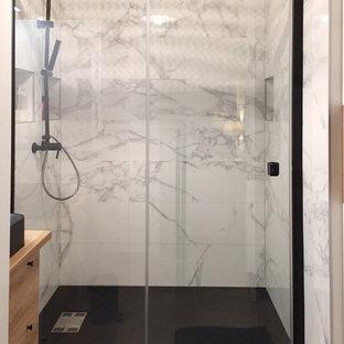 Kleines Klassisches Badezimmer En Suite mit Kassettenfronten, weißen Schränken, bodengleicher Dusche, weißen Fliesen, Marmorfliesen, weißer Wandfarbe, Keramikboden, Waschtischkonsole, Waschtisch aus Holz, beigem Boden und Schiebetür-Duschabtrennung in Paris