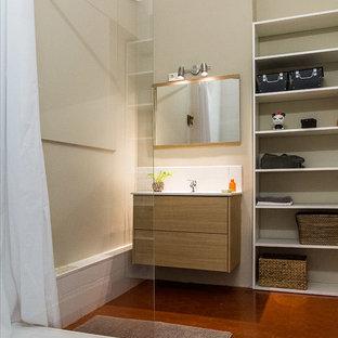 Esempio di una stanza da bagno padronale minimal di medie dimensioni con nessun'anta, piastrelle bianche, piastrelle in ceramica, pareti beige, pavimento in terracotta, lavabo integrato, pavimento rosso e top bianco
