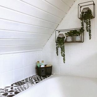 Foto på ett litet retro svart badrum med dusch, med beige skåp, ett undermonterat badkar, vit kakel, keramikplattor, vita väggar, vinylgolv, ett undermonterad handfat, laminatbänkskiva och beiget golv