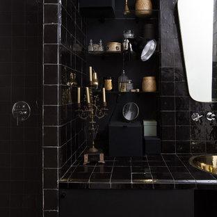 Inspiration för mellanstora eklektiska badrum med dusch, med en dusch i en alkov, svart kakel, svarta väggar och ett undermonterad handfat