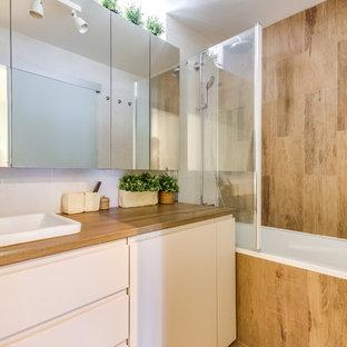 Idées déco pour une salle de bain contemporaine avec un placard à porte plane, des portes de placard blanches, une baignoire posée, un combiné douche/baignoire, un carrelage marron, un mur blanc, un lavabo posé, un sol marron et un plan de toilette marron.