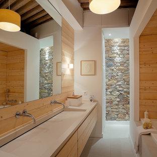 Réalisation d'une salle de bain principale nordique de taille moyenne avec un mur blanc, une grande vasque et une baignoire posée.