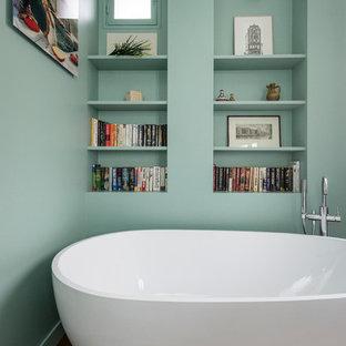 Diseño de cuarto de baño principal, contemporáneo, pequeño, con armarios abiertos, bañera exenta, paredes verdes y suelo de madera en tonos medios