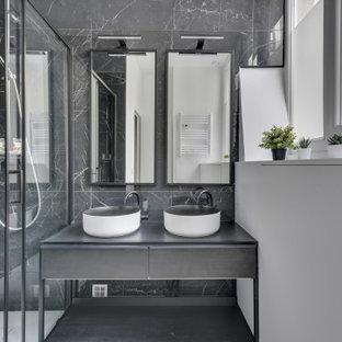 Aménagement d'une douche en alcôve contemporaine avec un placard en trompe-l'oeil, des portes de placard grises, un carrelage gris, un mur blanc, une vasque, un sol gris et une cabine de douche à porte coulissante.
