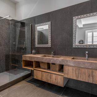 Idée de décoration pour une salle de bain design avec une douche d'angle, un carrelage noir, un mur noir, une grande vasque, un sol gris et aucune cabine.