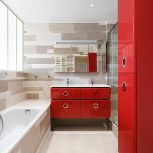 Idée de décoration pour une douche en alcôve design avec un placard en trompe-l'oeil, des portes de placard rouges, une baignoire posée, un sol beige, une cabine de douche à porte coulissante et un plan de toilette blanc.