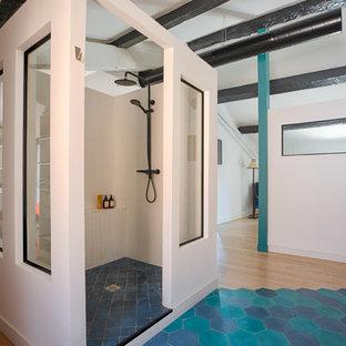 Idée de décoration pour une douche en alcôve principale design avec un carrelage blanc, un mur blanc, un sol bleu, aucune cabine et un plan de toilette gris.
