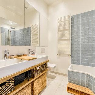Salle de bain de taille moyenne avec une baignoire d\'angle ...