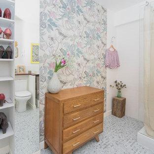 Foto di una stanza da bagno padronale tradizionale di medie dimensioni con nessun'anta, doccia aperta, piastrelle bianche, piastrelle diamantate, pareti bianche, pavimento in marmo, top in legno, pavimento blu e top rosso