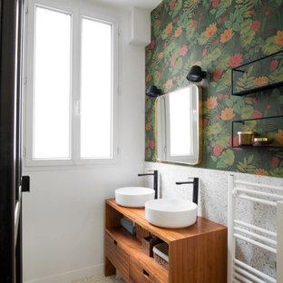 Idée de décoration pour une salle de bain design avec un placard à porte plane, des portes de placard en bois brun, un carrelage blanc, des dalles de pierre, un mur multicolore, une vasque, un plan de toilette en bois, un sol blanc, un plan de toilette marron, meuble double vasque, meuble-lavabo sur pied et du papier peint.