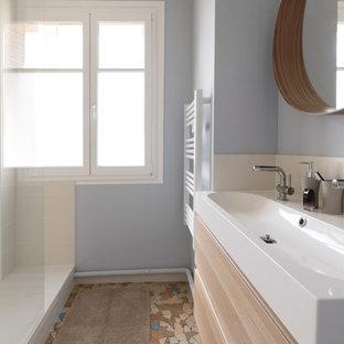 Mittelgroßes Nordisches Duschbad mit bodengleicher Dusche, lila Wandfarbe, Aufsatzwaschbecken und offener Dusche in Sonstige