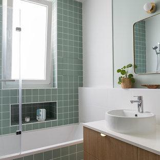 Idee per una stanza da bagno padronale contemporanea di medie dimensioni con ante in legno chiaro, piastrelle verdi, piastrelle in ceramica, pavimento alla veneziana e top in laminato