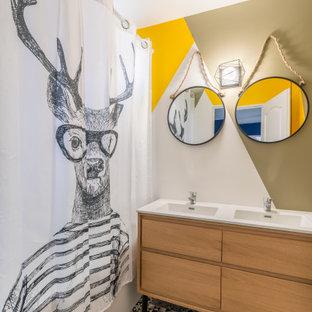 Foto di una stanza da bagno minimal con ante lisce, ante in legno scuro, vasca ad alcova, vasca/doccia, pareti multicolore, lavabo integrato, pavimento multicolore, doccia con tenda, top bianco e due lavabi