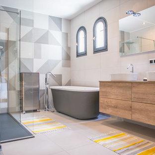 Inspiration för ett stort funkis en-suite badrum, med skåp i mellenmörkt trä, ett fristående badkar, en kantlös dusch, vit kakel, keramikplattor, klinkergolv i keramik, laminatbänkskiva, vitt golv, släta luckor och ett fristående handfat