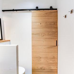 Idee per una stanza da bagno padronale minimal di medie dimensioni con doccia a filo pavimento, piastrelle marroni, piastrelle arancioni, piastrelle rosse, piastrelle a listelli, pareti bianche, lavabo a bacinella e porta doccia scorrevole
