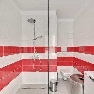 Exemple d'une salle d'eau tendance avec un placard à porte plane, des portes de placard blanches, une douche à l'italienne, un WC suspendu, un lavabo intégré, aucune cabine, un plan de toilette blanc, un carrelage rouge, un carrelage blanc, un mur blanc et un sol gris.