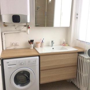 Свежая идея для дизайна: главная ванная комната среднего размера в современном стиле с плоскими фасадами, угловым душем, инсталляцией, керамической плиткой, белыми стенами, полом из керамической плитки, настольной раковиной, столешницей из дерева, розовым полом, открытым душем, бежевой столешницей, бежевой плиткой и светлыми деревянными фасадами - отличное фото интерьера