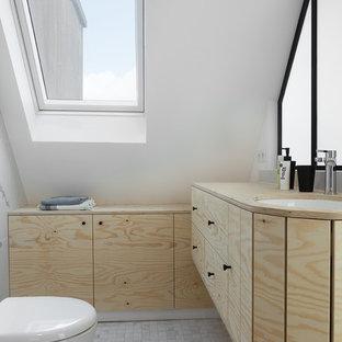 Immagine di una piccola stanza da bagno padronale tropicale con ante di vetro, ante beige, pistrelle in bianco e nero, lavabo sospeso, top in legno e porta doccia a battente