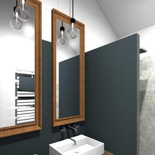 Esempio di una piccola stanza da bagno con doccia classica con doccia a filo pavimento, piastrelle grigie, piastrelle di marmo, pareti blu, pavimento in linoleum, lavabo a consolle e pavimento marrone