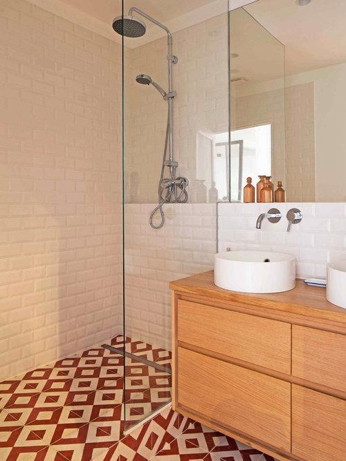 Stanza da bagno con pavimento con cementine e piastrelle - Piastrelle bagno rosse ...