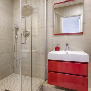 Réalisation d'une douche en alcôve design avec un carrelage gris, un sol en carrelage de céramique, un placard à porte plane, des portes de placard rouges, un plan vasque, un sol gris, une cabine de douche à porte coulissante et un plan de toilette blanc.