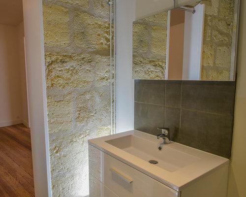 Stanza da bagno con piastrelle di pietra calcarea bordeaux foto