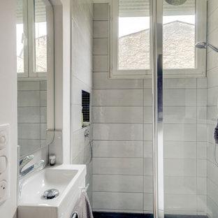 Diseño de cuarto de baño con ducha, tradicional, pequeño, con ducha empotrada, baldosas y/o azulejos blancos, suelo de cemento y lavabo suspendido