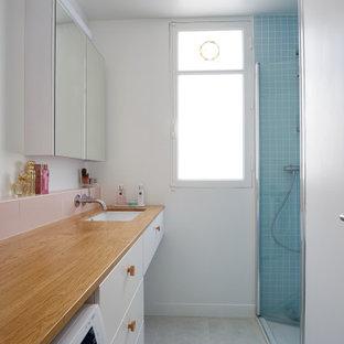 Exemple d'une petit salle de bain tendance avec un placard à porte plane, des portes de placard en bois brun, un carrelage bleu, un mur blanc, un sol en carrelage de porcelaine, un lavabo encastré, un plan de toilette en bois, un sol gris, une cabine de douche à porte battante, un plan de toilette beige, meuble simple vasque et meuble-lavabo suspendu.