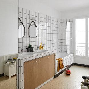 Exemple d'une grand salle de bain tendance pour enfant avec un placard à porte plane, des portes de placard en bois brun, une baignoire posée, un combiné douche/baignoire, un carrelage blanc, un mur blanc, un lavabo posé, un sol marron, un plan de toilette multicolore, meuble double vasque et meuble-lavabo encastré.