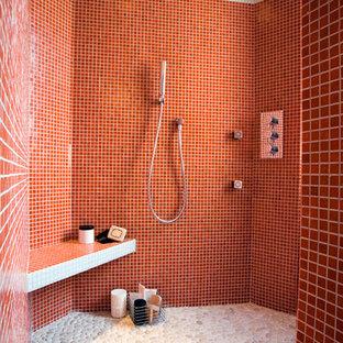 Esempio di una stanza da bagno con doccia contemporanea di medie dimensioni con doccia aperta, piastrelle rosse, pareti rosse, pavimento con piastrelle di ciottoli e doccia aperta