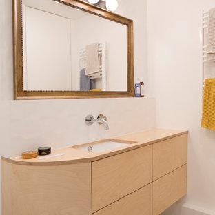 Bild på ett litet funkis beige beige en-suite badrum, med luckor med profilerade fronter, vita skåp, ett undermonterat badkar, vit kakel, keramikplattor och träbänkskiva