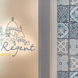 Mittelgroßes Shabby-Style Badezimmer mit Unterbauwanne, Toilette mit Aufsatzspülkasten, weißen Fliesen, weißer Wandfarbe, Zementfliesen, Einbauwaschbecken und blauem Boden in Paris