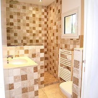 Неиссякаемый источник вдохновения для домашнего уюта: маленькая ванная комната в стиле кантри с душем без бортиков, инсталляцией, бежевой плиткой, плиткой из травертина, белыми стенами, полом из травертина, душевой кабиной, консольной раковиной, столешницей из плитки, бежевым полом, открытым душем и коричневой столешницей
