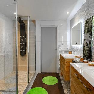 Cette Photo Montre Une Grande Salle De Bain Principale Avec Un Placard à  Porte Affleurante,
