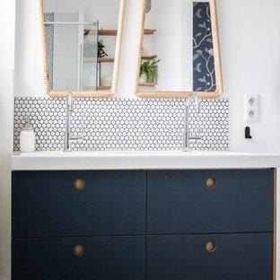 Immagine di una piccola stanza da bagno con doccia design con ante lisce, ante blu, doccia a filo pavimento, WC sospeso, piastrelle bianche, piastrelle in ceramica, pareti bianche, pavimento alla veneziana, lavabo integrato, pavimento grigio e top bianco